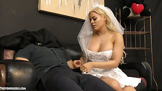 Cuban cully Luna Star gives a blowjob and tugjob to will not hear of submissive groom