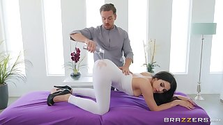 Swindle massage roasting Valentina Nappi gets a hard masseur's penis